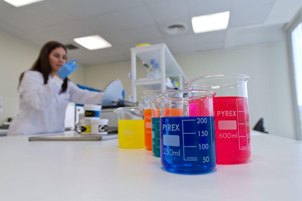Una mujer en un laboratorio analiza diferentes muestras