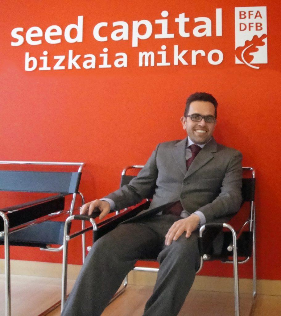 Ivan Sannino, Presidente del Comité de rating de MicroFinanza Rating sentado en una silla