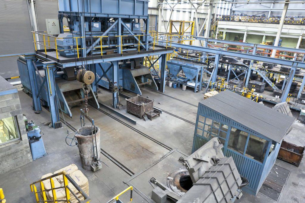 Vista desde arriba de un taller mecanizado con varias máquinas